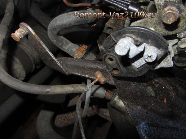 снятие троса управления дросселем на ВАЗ 2109-2108