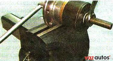 Чашечным съемником выпрессовываем подшипник из ступицы