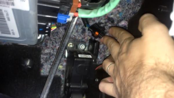 Отсоединяем фишку с педали газа лада гранта