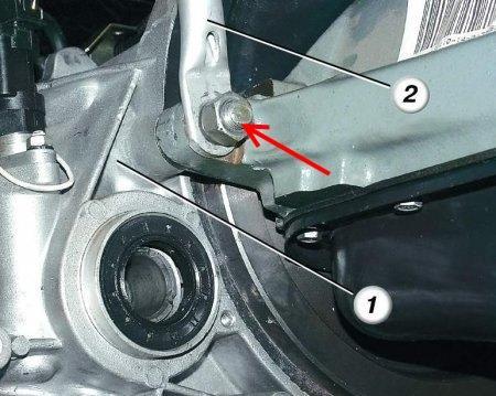 Размещение гайки нижнего заднего крепления коробки передач к блоку цилиндров Лада Гранта (ВАЗ 2190)