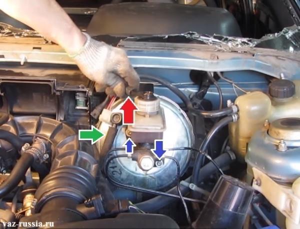 Отсоединение колодки проводов от крышки тормозного бачка, снятие шланга и выворачивание гаек который крепят ГТЦ к вакуумному усилителю