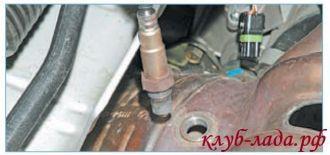 отсоединить колодки с проводами от датчика кислорода приоры