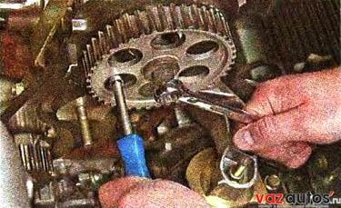 ключом на 17 мм отворачиваем болт крепления шкива