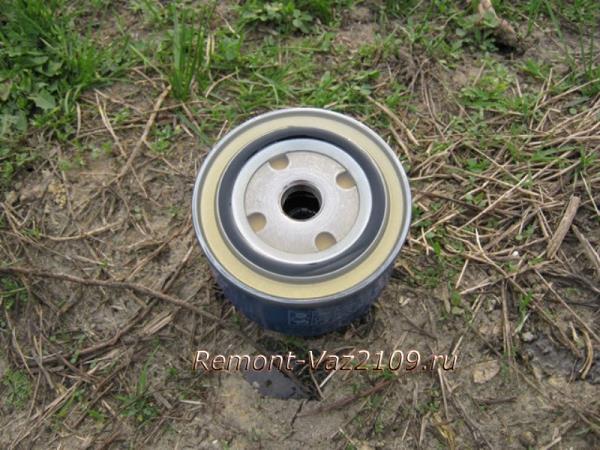 заливаем в масляный фильтр свежего масла на ВАЗ 2109-2108