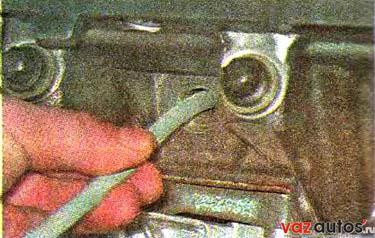 Вставляем оловянный пруток в свечное отверстие, так чтобы его конец оказался под тарелкой соответствующего клапана