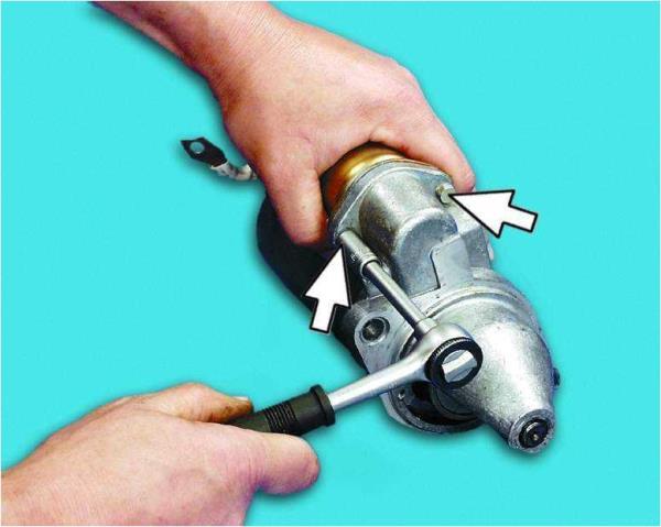 Откручивание болтов крепления тягового реле стартера Лада Гранта (ВАЗ 2190)
