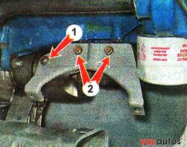 Торцовым ключом на 10 мм отворачиваем гайку 1 крепления защитного экрана и ключом на 13 мм два болта 2 крепления верхней части кронштейна