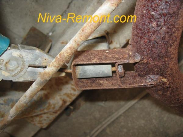 вынимаем второй шплинт подвески глушителя на ВАЗ 2121 Нива