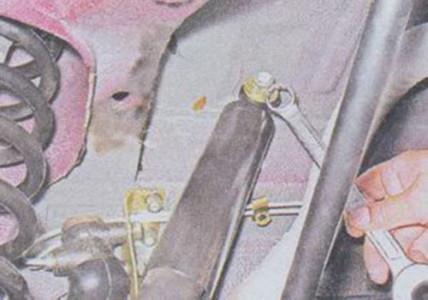 Откручиваем верхнее крепления заднего амортизатора на ВАЗ 2101, 2102, 2103, 2104, 2105, 2106, 2107