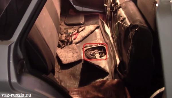 В красный квадрат взято то место, где располагается топливный насос на автомобилях