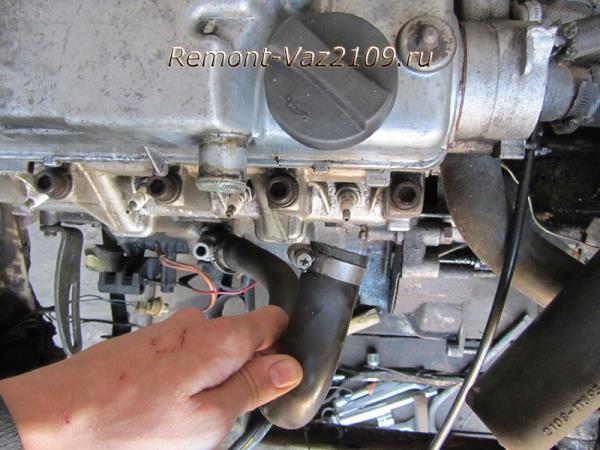 отсоединение шлангов от клапанной крышки на ВАЗ 2109-2108