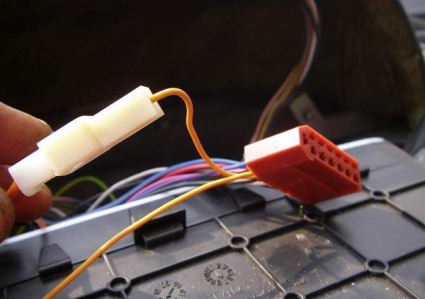 Соединяем оранжевый провод с проводкой ЭУРа, голый конец провода вставляем в красную колодку