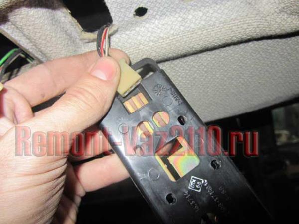 отсоединение штекера питания от плафона салона ВАЗ 2110-2112