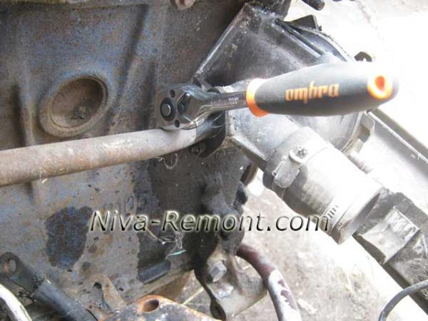 открутить две гайки крепления трубки помпы на Ниве ВАЗ 2121