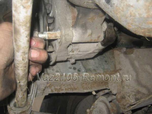вытаскиваем нижний болт крепления генератора на ВАЗ 2106