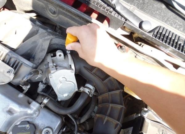 Откручивание хомута крепления шланга подвода воздуха к дроссельному узлу Лада Гранта (ВАЗ 2190)