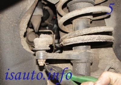 С помощью плоскогубцев удалите шплинты, крепящие шарнир наконечника тяги рулевого управления и стойку амортизации.