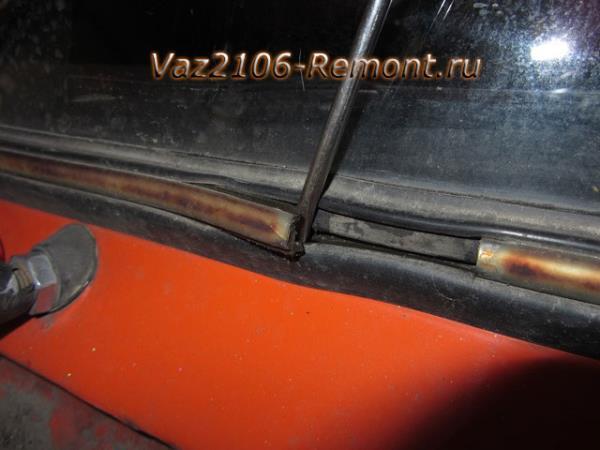 поддеваем замок хромированной окантовки лобового стекла на ВАЗ 2106