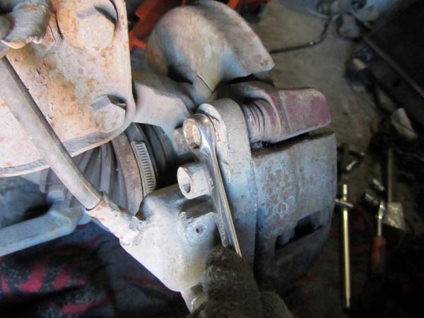 болт крепления скобы суппорта на ВАЗ 2114-2115