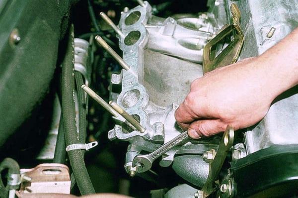 Откручивание гайки верхнего крепления правого кронштейна впускного коллектора 8-клапанного двигателя Лада Гранта (ВАЗ 2190)