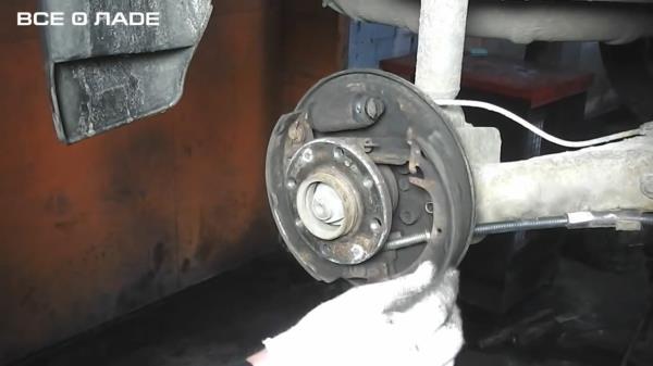 Снимаем переднюю колодку задних тормозов лада Калина