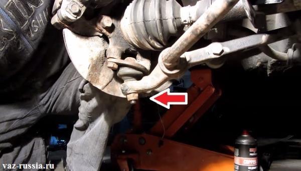 Стрелкой указана нижняя гайка крепления шаровой к рычагу