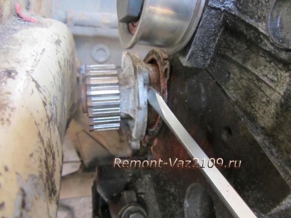 отсоединить помпу от блока цилиндров на ВАЗ 2109-2108