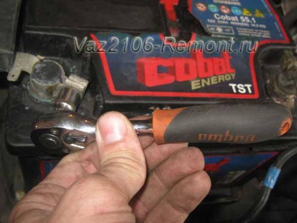 откручиваем клемму аккумулятора на ВАЗ 2106