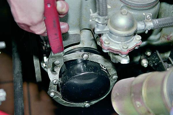 Откручиваем масляный фильтр специальным ключом