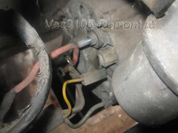 отсоединение проводов питания от генератора на ВАЗ 2106
