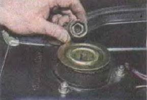 Zamena-pruzhiny-perednej-podveski-avtomobilja 01