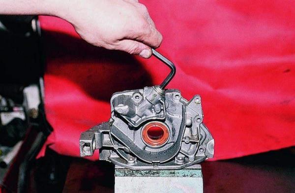 Откручивание пробки редукционного клапана на масляном насосе Лада Гранта (ВАЗ 2190)