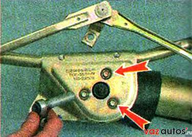 Накидным ключом на 10 мм отворачиваем три болта крепления мотор-редуктора к кронштейну стеклоочистителя