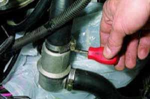 Ослабляем хомуты шланга подвода жидкости в насос