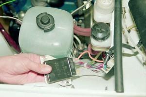 На фото - замена регулятора напряжения ВАЗ 2106, vnx.su