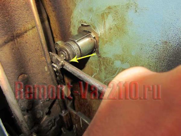 отсоединить личинку от тяги на ВАЗ 2110-2112