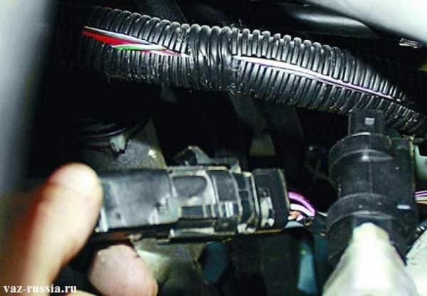 Отсоединение колодки датчика кислорода, от жгута проводов