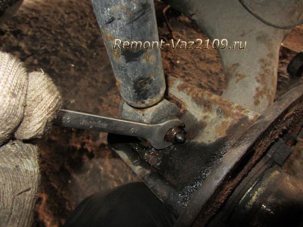 нижняя часть крепления задней стойки на ВАЗ 2109-2108