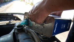 На фото - заливка тосола в радиатор авто, drive2.ru