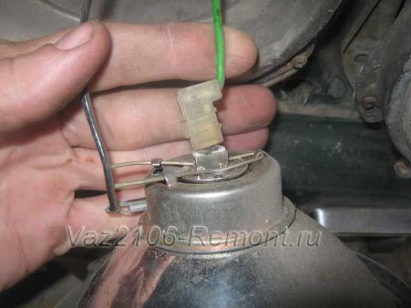 отсоединить провода лампочки передней фары на ВАЗ 2106