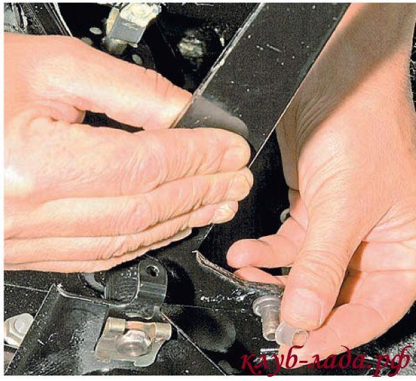 проверить состояние пластмассовой втулки на пальце педали сцепления Калины