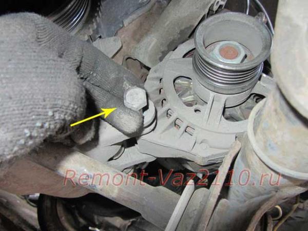 вынимаем болт крепления генератора на ВАЗ 2110-2112