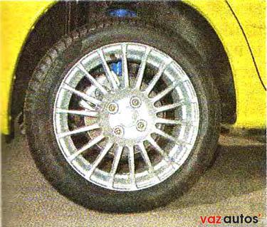 Автомобиль комплектуют 15-дюймовыми легкосплавными колесами с низкопрофильной резиной размерностью 195/50 R15