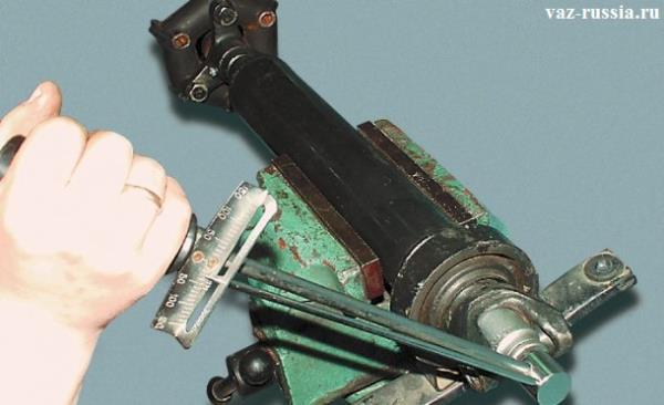 Заворачивание гайки крепления вилки, при помощи динамометрического ключа