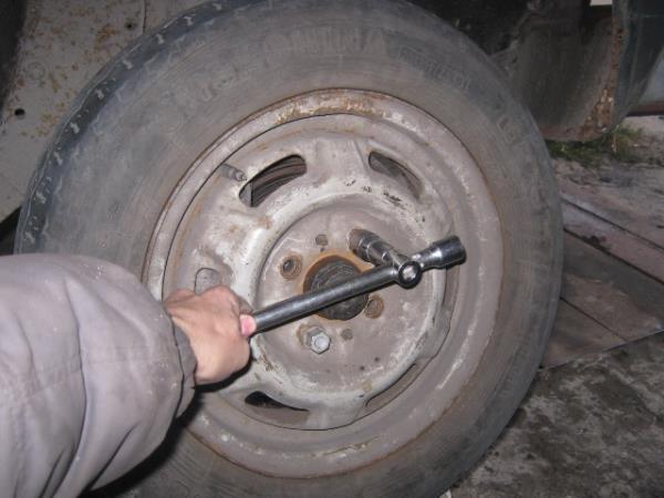 снятие колеса на ВАЗ 2107-2105