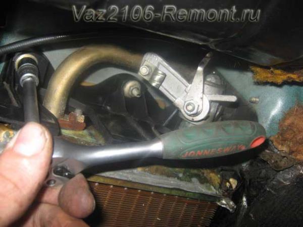 откручиваем гайки крепления радиатора печки на ВАЗ 2106