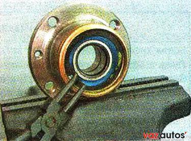 Съемником устанавливаем стопорное кольцо подшипника