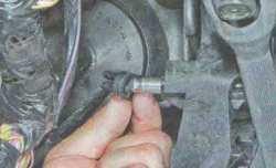 Отсоединение головки штока главного цилиндра от педали сцепления Lada Largus