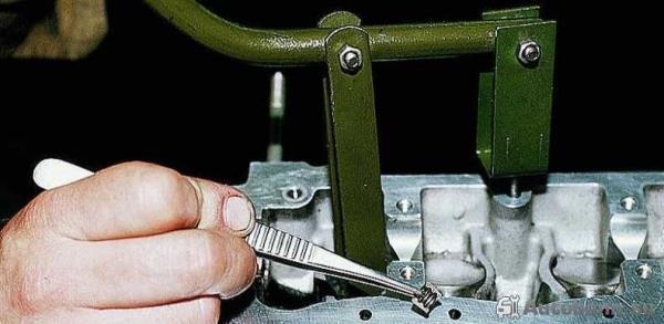 замена дефектных маслосъемных колпачков автомобиля ВАЗ 2114