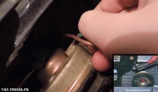 Отсоединение колодки проводов от звукового сигнала и выкручивание гайки которая за кронштейн сигнал крепит и его снятие с автомобиля